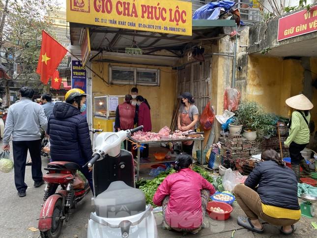 Thị trường chính ngày Ông Công ông Táo: Hoa quả đổ đống giá rẻ, cá chép đắt gấp đôi  ảnh 1
