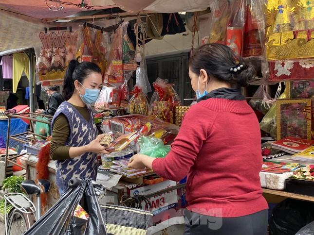 Thị trường chính ngày Ông Công ông Táo: Hoa quả đổ đống giá rẻ, cá chép đắt gấp đôi  ảnh 9