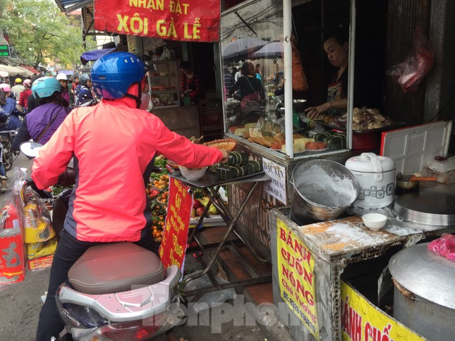 Thị trường chính ngày Ông Công ông Táo: Hoa quả đổ đống giá rẻ, cá chép đắt gấp đôi  ảnh 2