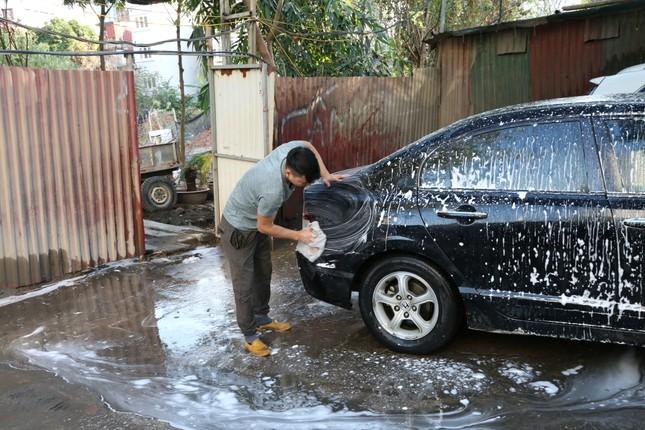 Giá rửa xe tăng cao, khách vẫn xếp hàng đợi chiều 30 Tết ảnh 4
