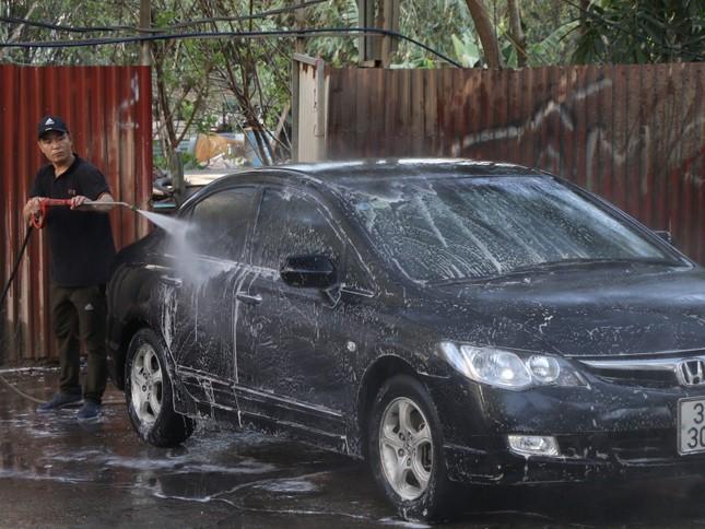 Giá rửa xe tăng cao, khách vẫn xếp hàng đợi chiều 30 Tết ảnh 7