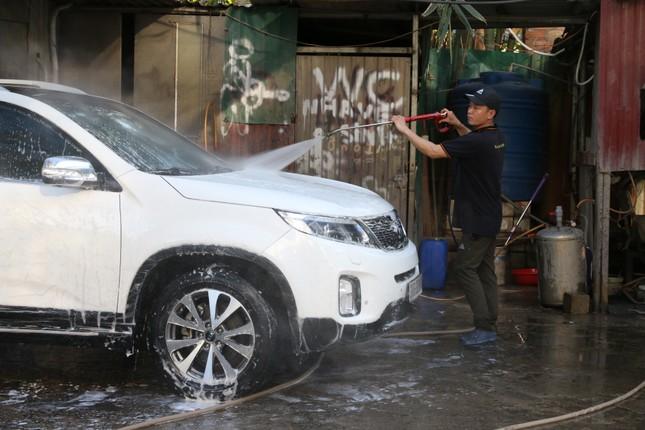 Giá rửa xe tăng cao, khách vẫn xếp hàng đợi chiều 30 Tết ảnh 1