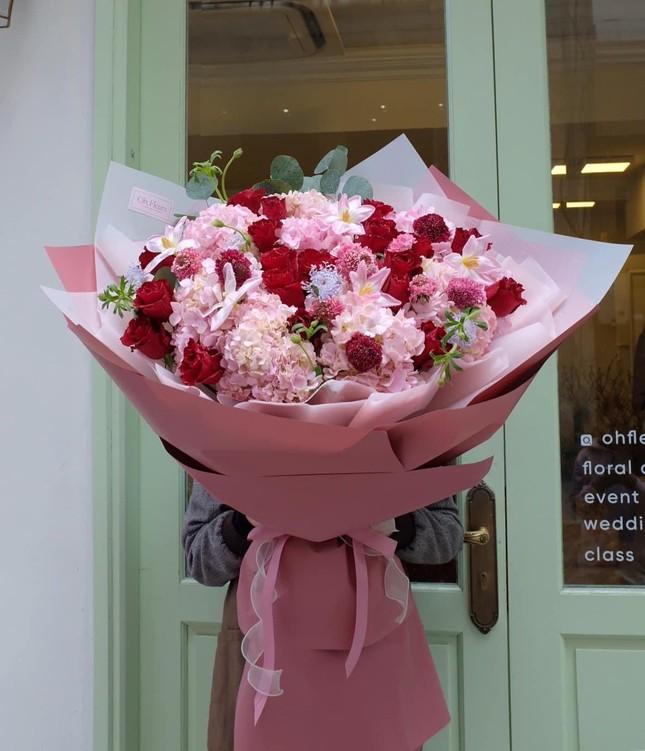 Xếp hàng dài mua quà, chi tiền triệu đặt tiệc Valentine ảnh 6