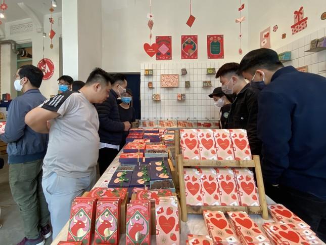 Xếp hàng dài mua quà, chi tiền triệu đặt tiệc Valentine ảnh 1