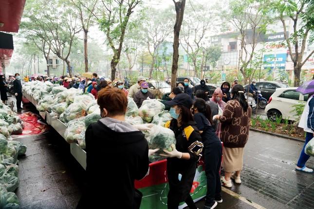 Người Hà Nội đội mưa 'giải cứu' hàng chục tấn nông sản ảnh 2