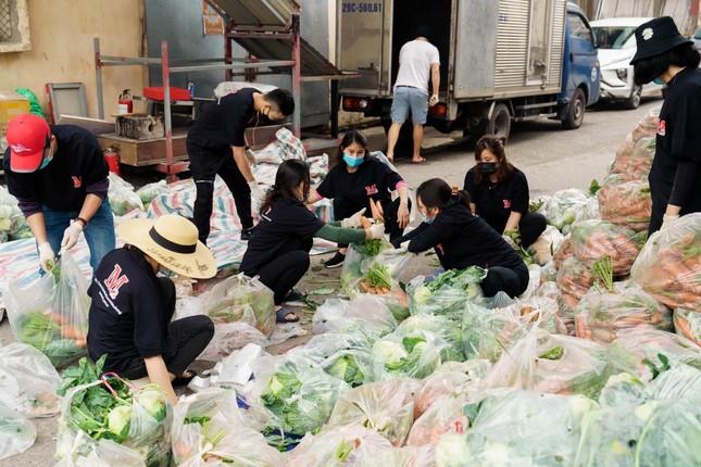 Người Hà Nội đội mưa 'giải cứu' hàng chục tấn nông sản ảnh 3