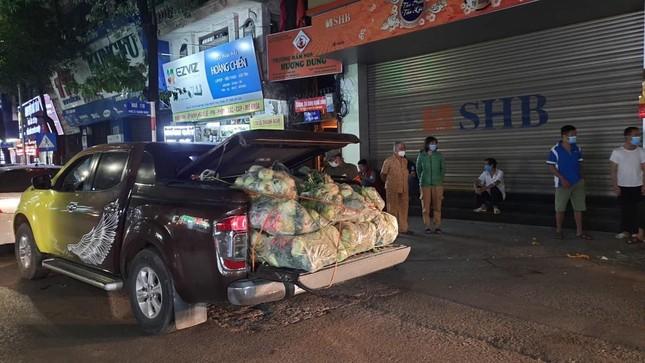 Người Hà Nội đội mưa 'giải cứu' hàng chục tấn nông sản ảnh 4