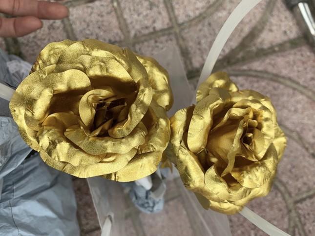 Xuất hiện hoa hồng 'mạ vàng' giá chỉ 10.000 đồng/bông ảnh 3