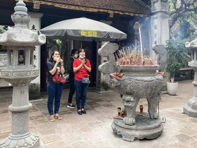 Đền chùa đông nghịt, áp dụng chặt biện pháp phòng chống COVID 19 ảnh 8