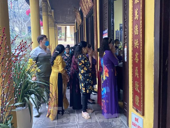 Đền chùa đông nghịt, áp dụng chặt biện pháp phòng chống COVID 19 ảnh 7