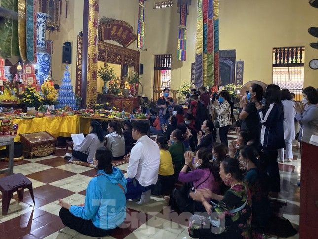 Đền chùa đông nghịt, áp dụng chặt biện pháp phòng chống COVID 19 ảnh 6