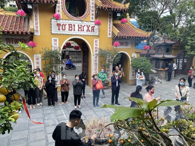 Đền chùa đông nghịt, áp dụng chặt biện pháp phòng chống COVID 19 ảnh 5