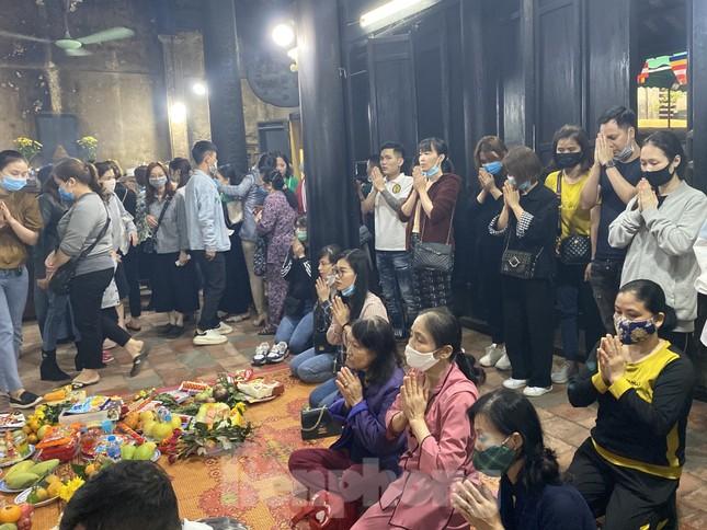 Đền chùa đông nghịt, áp dụng chặt biện pháp phòng chống COVID 19 ảnh 3