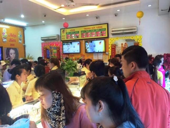 TP.HCM: Dân đi mua vàng khiến giao thông ùn tắc ảnh 2