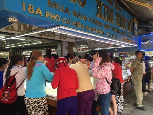 TP.HCM: Dân đi mua vàng khiến giao thông ùn tắc ảnh 4