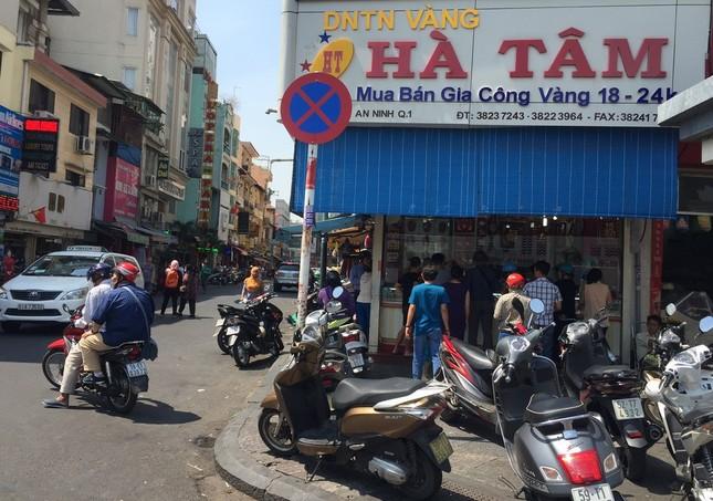 TP.HCM: Dân đi mua vàng khiến giao thông ùn tắc ảnh 7
