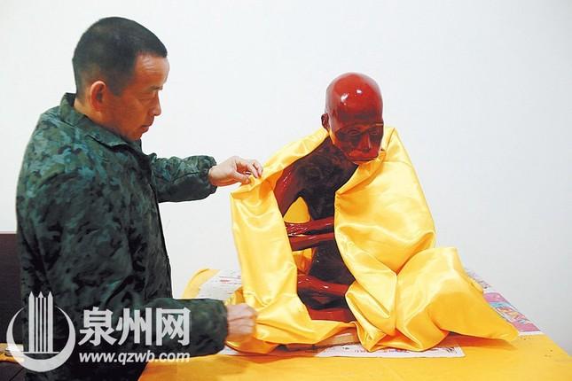 Dát vàng thi hài thiền sư được phong Phật sống ảnh 4