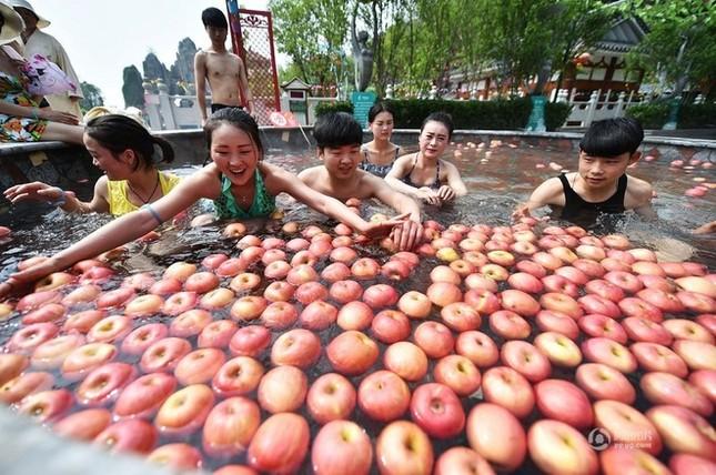 Trung Quốc tung dịch vụ tắm suối nước nóng với trái cây tươi ảnh 1