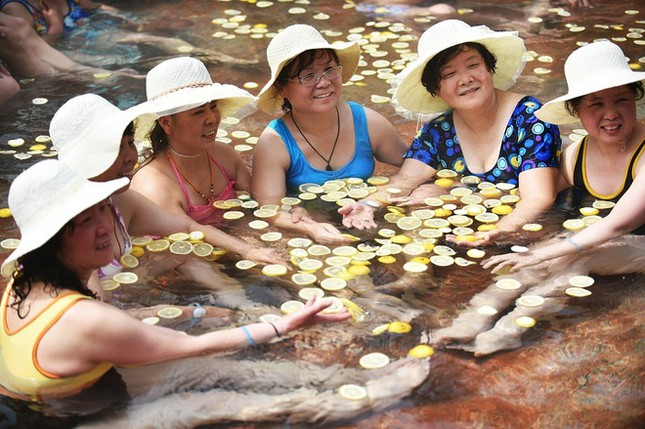 Trung Quốc tung dịch vụ tắm suối nước nóng với trái cây tươi ảnh 4