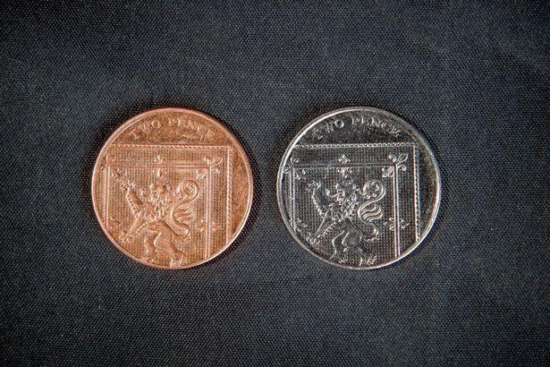Đồng xu 'giả' tưởng bỏ đi có giá 2.000 bảng Anh ảnh 1