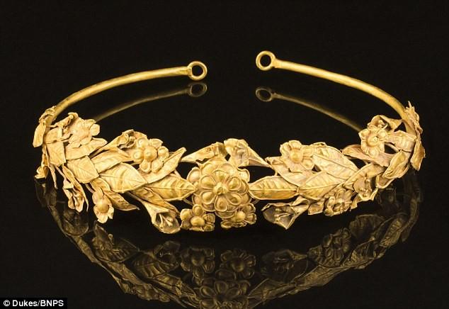 Tìm thấy vòng hoa bằng vàng 2.300 tuổi dưới… gầm giường ảnh 3