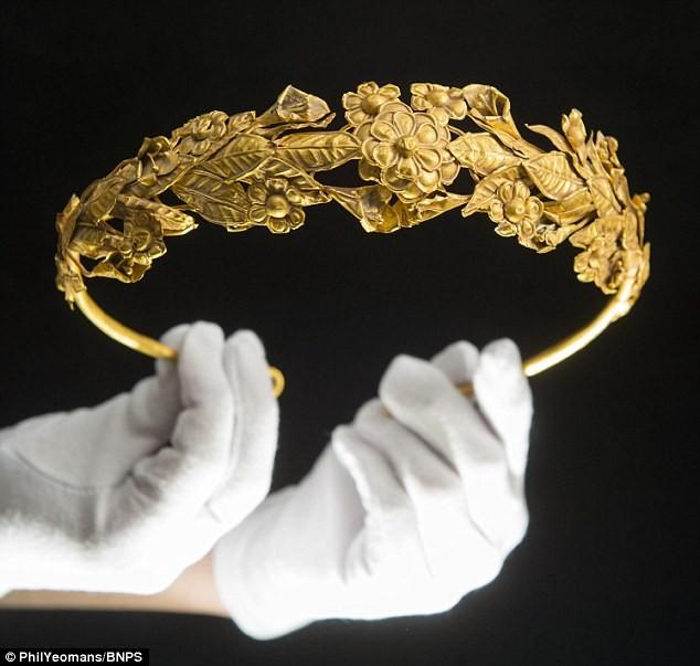 Tìm thấy vòng hoa bằng vàng 2.300 tuổi dưới… gầm giường ảnh 4