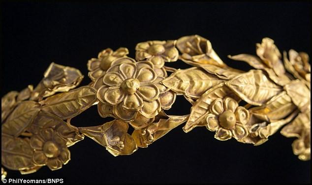 Tìm thấy vòng hoa bằng vàng 2.300 tuổi dưới… gầm giường ảnh 5