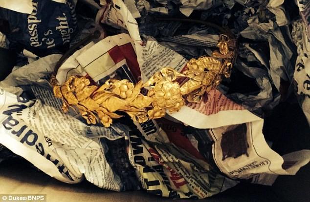 Tìm thấy vòng hoa bằng vàng 2.300 tuổi dưới… gầm giường ảnh 2