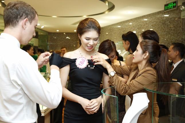 Người đẹp HHVN được tặng vòng ngọc trai 10 triệu ảnh 5