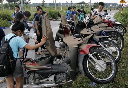 800 xe máy của sinh viên Sài Gòn chìm trong tầng hầm KTX ảnh 1
