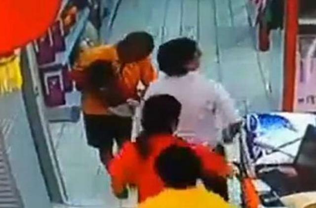 Bé trai tử vong thương tâm vì bị bố ngã đè lên người ảnh 2