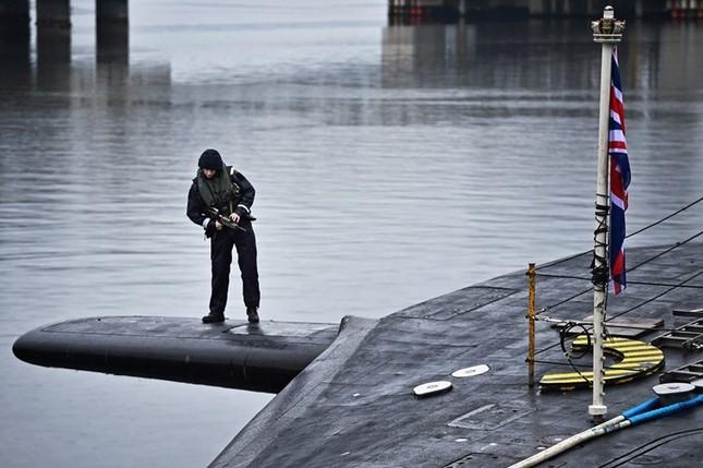 Tận thấy cuộc sống trong tàu ngầm 'khủng' nhất nước Anh ảnh 2