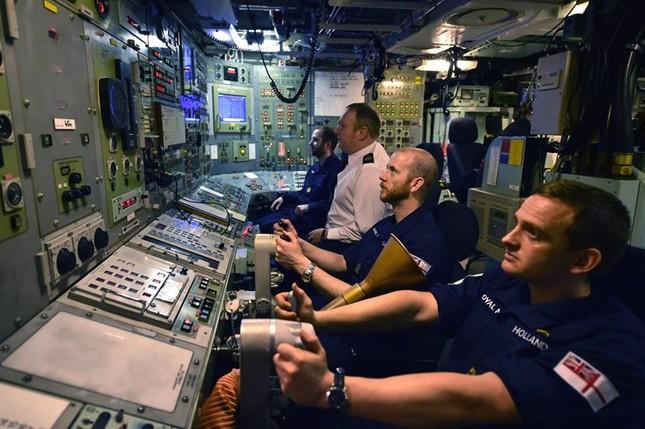 Tận thấy cuộc sống trong tàu ngầm 'khủng' nhất nước Anh ảnh 3