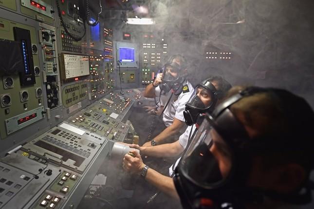 Tận thấy cuộc sống trong tàu ngầm 'khủng' nhất nước Anh ảnh 4