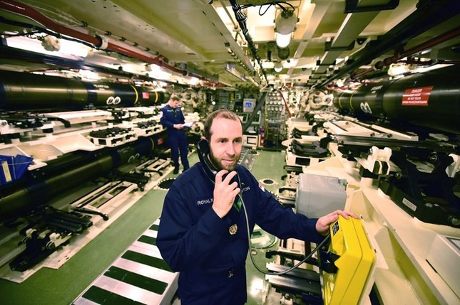 Tận thấy cuộc sống trong tàu ngầm 'khủng' nhất nước Anh ảnh 6