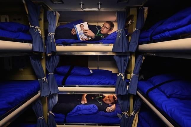 Tận thấy cuộc sống trong tàu ngầm 'khủng' nhất nước Anh ảnh 9