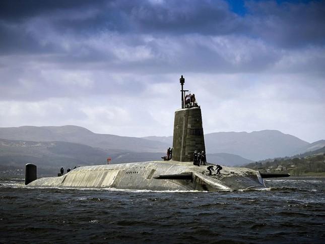 Tận thấy cuộc sống trong tàu ngầm 'khủng' nhất nước Anh ảnh 1