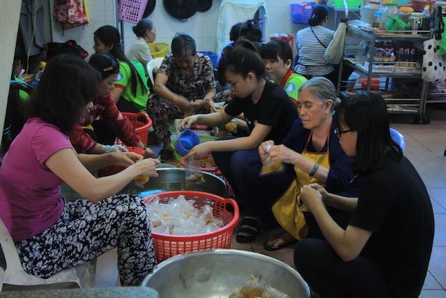 """""""Bữa cơm nhân ái"""" tiếp tục tặng hơn 700 suất cho người nghèo ảnh 8"""