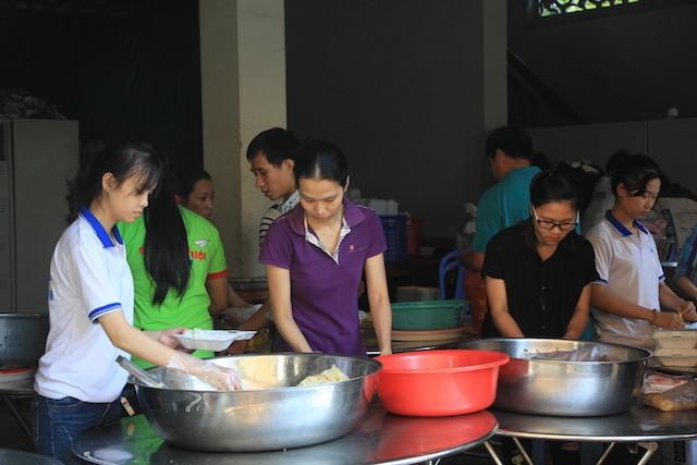 """""""Bữa cơm nhân ái"""" tiếp tục tặng hơn 700 suất cho người nghèo ảnh 13"""