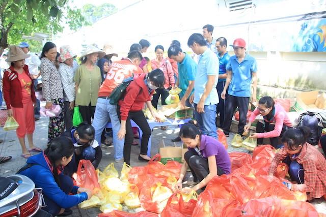 """""""Bữa cơm nhân ái"""" tiếp tục tặng hơn 700 suất cho người nghèo ảnh 2"""