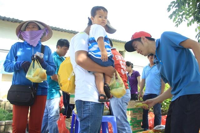 """""""Bữa cơm nhân ái"""" tiếp tục tặng hơn 700 suất cho người nghèo ảnh 4"""