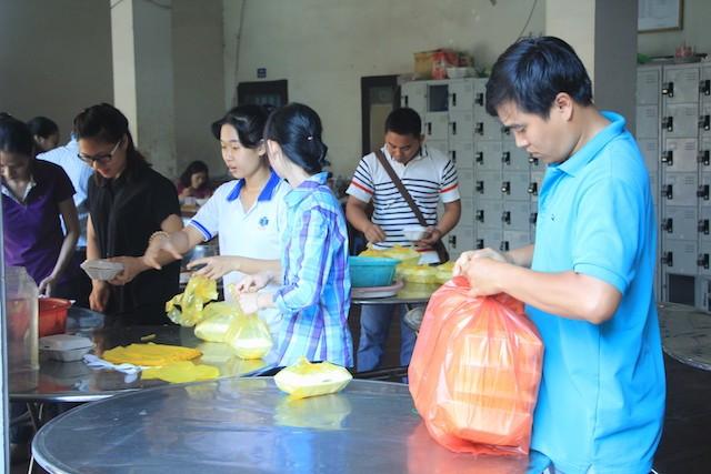 """""""Bữa cơm nhân ái"""" tiếp tục tặng hơn 700 suất cho người nghèo ảnh 12"""