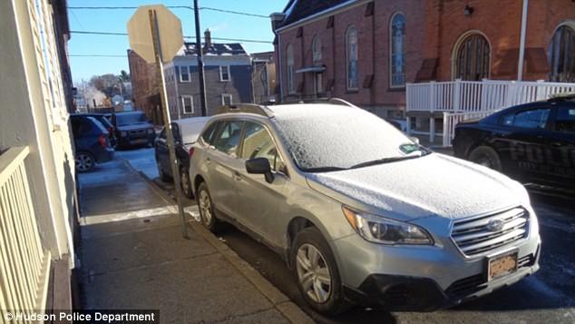 Cảnh sát phá cửa kính ôtô giải cứu... hình nộm cụ bà ảnh 2