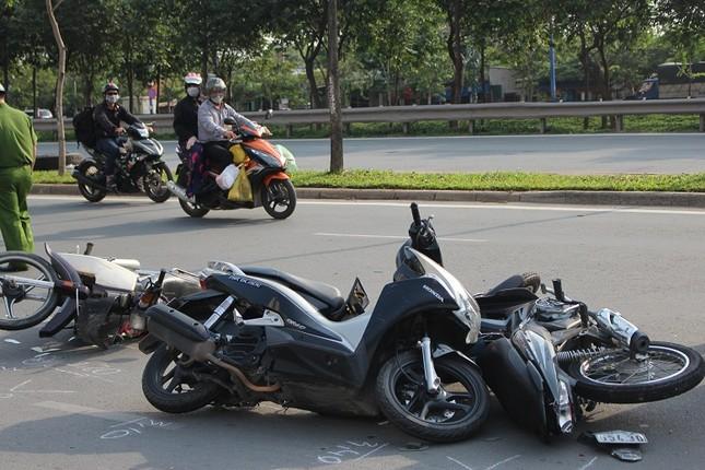 Nữ tài xế lái ô tô gây tai nạn liên hoàn với 4 xe máy ảnh 2