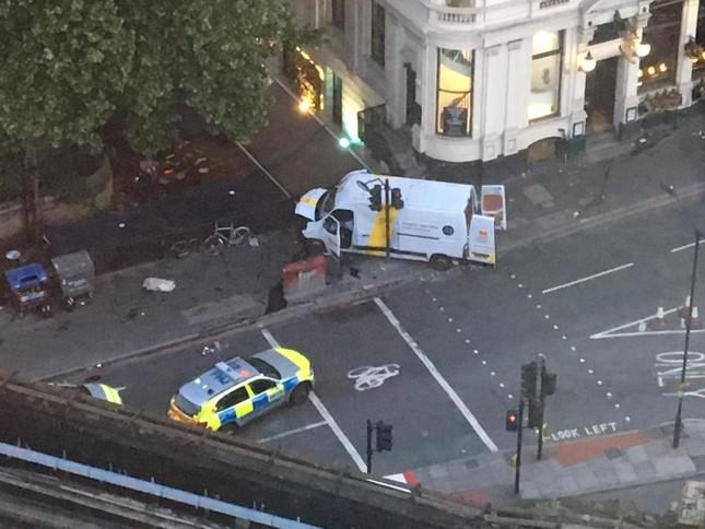 Tài xế taxi gan dạ lao xe ra ngăn cản nhóm khủng bố ở London ảnh 1
