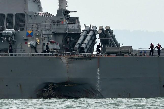 Tàu khu trục Mỹ thủng lỗ lớn sau va chạm tàu chở dầu ảnh 9