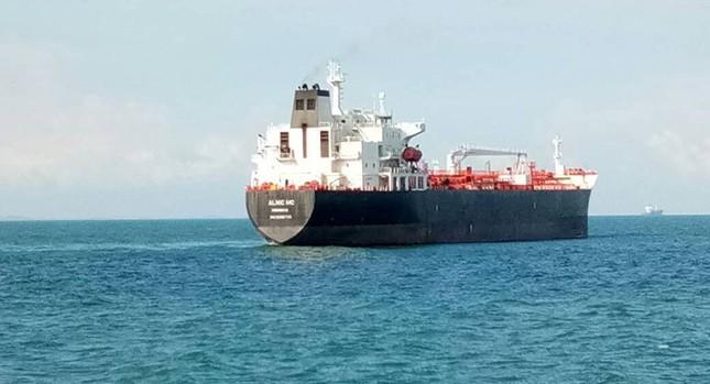 Tàu khu trục Mỹ thủng lỗ lớn sau va chạm tàu chở dầu ảnh 10