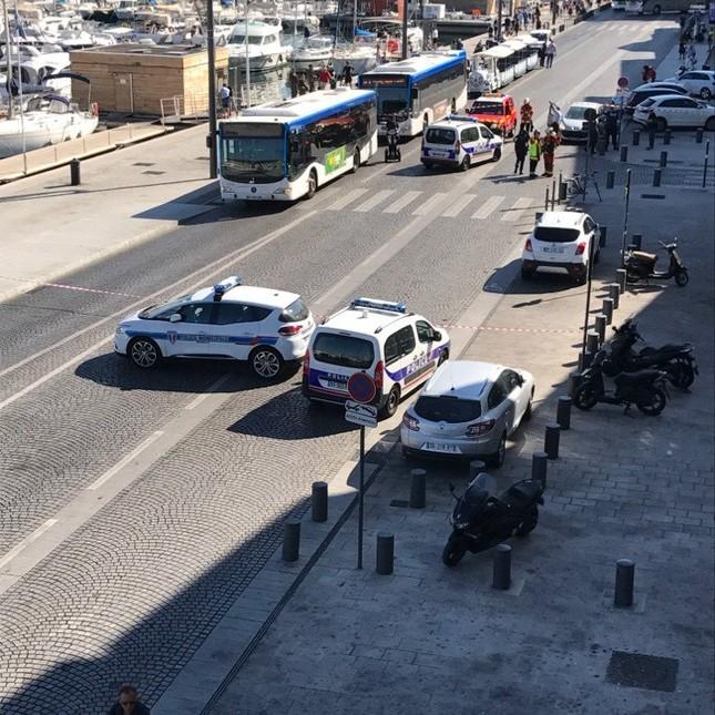 Lao xe vào trạm xe buýt, ít nhất một người thiệt mạng ảnh 1