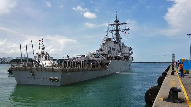 Tàu khu trục Mỹ thủng lỗ lớn sau va chạm tàu chở dầu ảnh 2