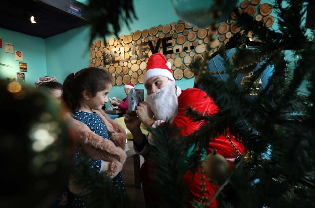 Tạm gác căng thẳng, thế giới tưng bừng đón Giáng sinh ảnh 8